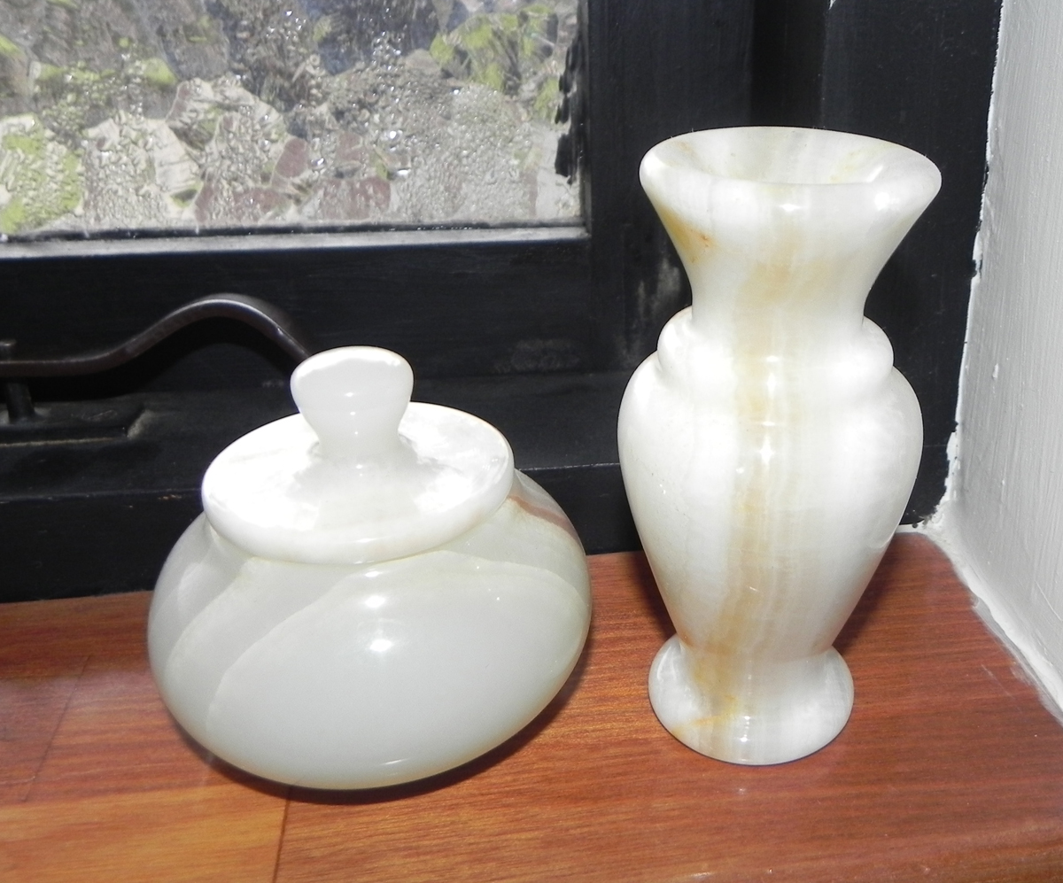 alabast krukke og vase
