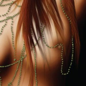 Detalje af nøgen kvindes bryst